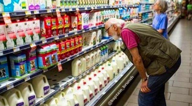 Когда кто-то подходит к тебе в магазине, и ты делаешь вид, что рассматриваешь товары
