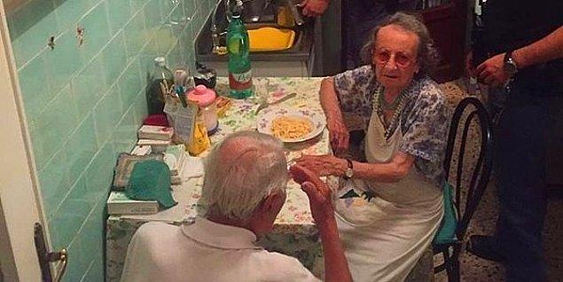 10. Bir Tutam İnsanlık: Roma Polisi Yapayalnız Kalan Yaşlı Çifte Makarna Yaptı!