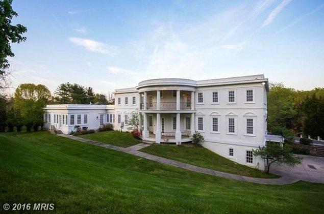 5. Beyaz Saray'a benzeyen tek konut o da değil. McLean, Virginia'da bulunan bu ev Beyaz Saray'ın neredeyse aynısı.