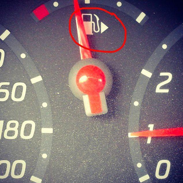 О чем может рассказать нам стрелка на указателе уровня бензина?