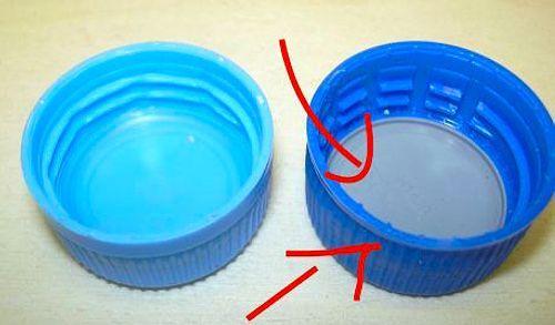 Для чего нужен небольшой диск под крышкой пластиковой бутылки?