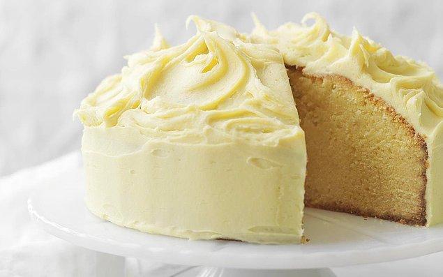 1. Gelin gibi beyazlara bürünmüş beyaz çikolatalı pasta ile başlayalım...