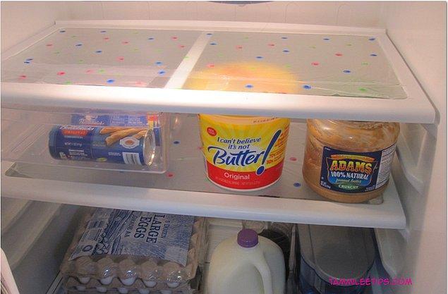 10. Buzdolabı raflarını temiz tutmak için streç filmle kaplayın.