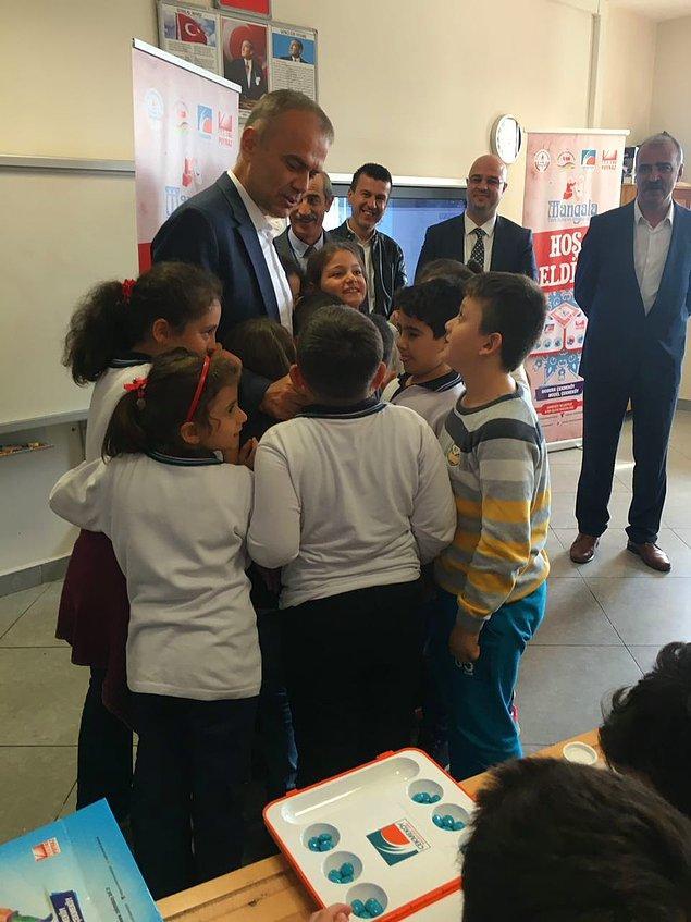 Çekmeköy Belediye Başkanı Ahmet Poyraz tarafından başlatılan proje ile Çekmeköy ilçesinde bulunan bütün okullara Mangala Oyun setleri hediye edildi.