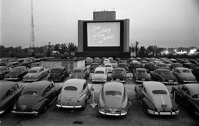 2. Günü geldiğinde ve açık hava sinemasına vardığınızda gönlünüzü tarifi mümkün olmayan bir duygu kaplar.