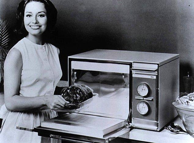 3. Mikrodalga fırınlar üretildi ve yaygın olarak Avrupai ülkelerde ve Amerika Birleşik Devletleri'nde kullanılmaya başlandı.
