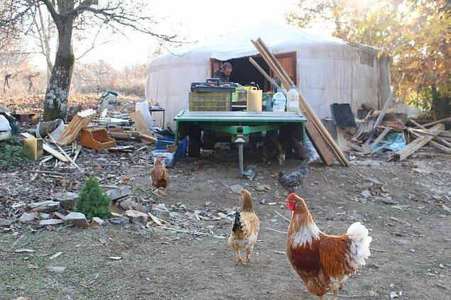 Gağgı Çiftliği'ndeki yapılar ise yurt adı verilen geleneksel çadırlardan oluşuyor. Mutfak, banyo, atölye, sera gibi yurtların inşa edildiği Gağgı'da bulunan 8 yurt odun sobası ile ısıtılıyor.