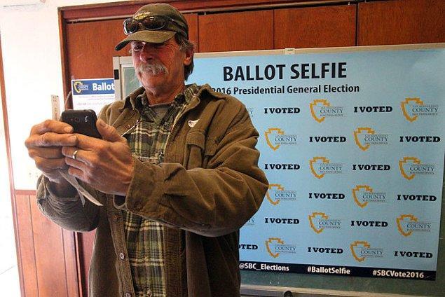 """5. ABD'de bazı eyaletlerde oy pusulaları ile selfie çekmek yasaklanınca Kaliforniya """"OYUMU VERDİM"""" arka planlı bir selfie tablosu hazırladı."""