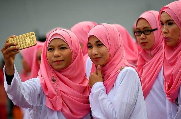 12. Malezya'nın iktidar partisinin yıllık kongresinden hemen önce kadın parti üyeleri.