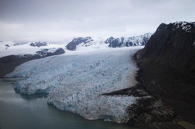 19. Norveç'in Ny-Alesund kesimindeki yaz mevsimi sıcaklıkları son 30 yılda 11 derece artış gösterdi. Bunun sonucunda Blomstrand Buzulu yok olmaya yüz tuttu.