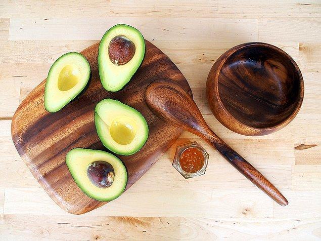 6. Avokado ile ellerin E vitamini ihtiyacını karşılıyoruz.