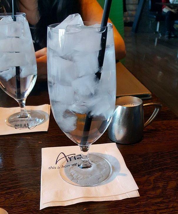 Независимо от того, какая погода за окном, в ресторанах всегда подают воду с огромным количеством льда!