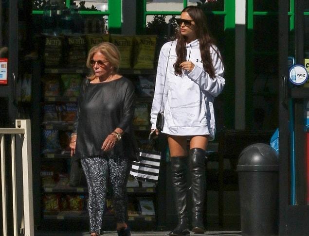 Они часто ходят вместе на шоппинг, хотя раньше Глории не нравилась ни одна девушка сына. А теперь они даже живут вместе в особняке в Лос-Анджелесе, когда Брэдли уезжает на съемки