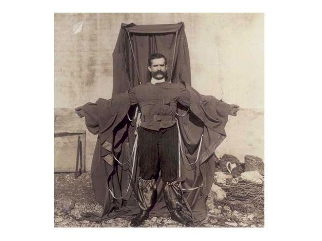 С парашютом из одежды портной-изобретатель спрыгнул с Эйфелевой башни