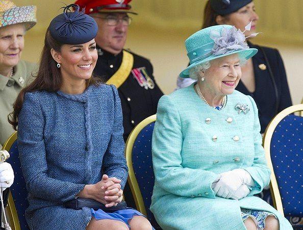 Приглашения королевы не подлежат обсуждению.