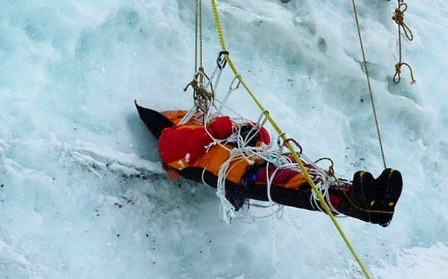 Альпинисты, держащие путь на вершину Эвереста, проходят мимо непогребенных трупов, лежащих повсюду. Они мечтали стать покорителями этой знаменитой вершины. Но им не повезло