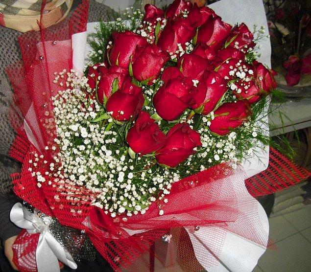 """Bu işin en önemli kısmı çiçektir. Siz bilmiyorsanız bile çiçekçiler """"Kız isteme çiçeği"""" denilince olayı ne kadar abartacağını anlar. Sağlam bir kız isteme çiçeği yaklaşık olarak 1,5, 2 kg çeker."""