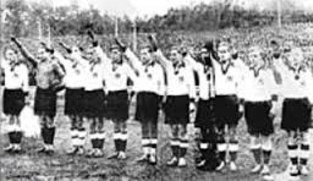 """Soyunma odasına giren Nazi subayı futbolculara son bir uyarıda bulundu: """"Maçı kazanırsanız sonuçlarına katlanırsınız!"""""""