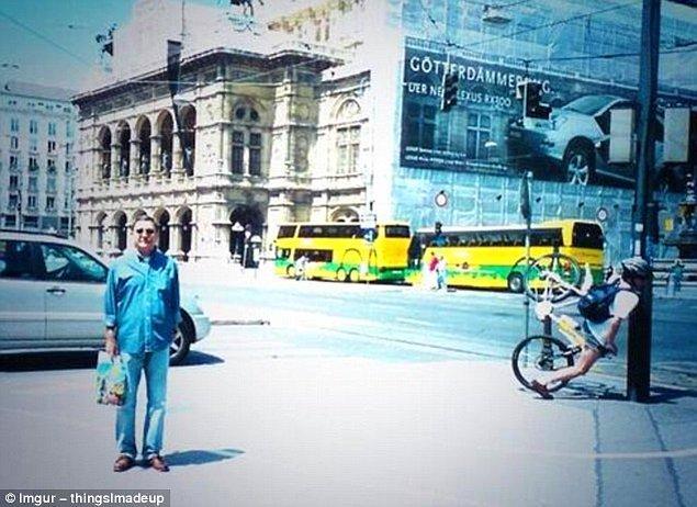 5. Bu turistik fotoğrafta adamın zavallı bisikletlinin suratını direğe geçirdiğinden belli ki haberi yok.