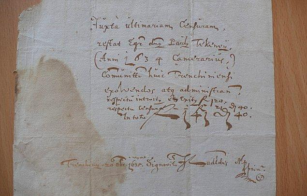 8. Peter Brindza ek olarak şunları da söylemiş: ''Ortaya çıkan 'gülen yüz' emojisi 1635 yılından kalma ve evrağa atılmış imzanın yanında yer alıyor.''.
