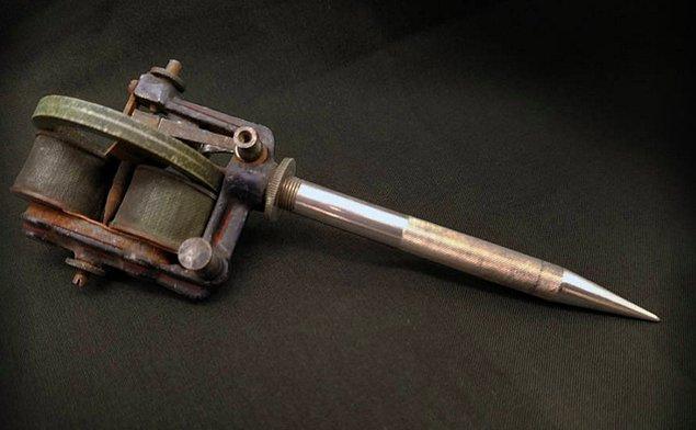 Dövme tabancasının bulunması dövmenin tarihinde bir devrim olarak geçer.