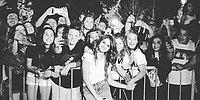 """12 фотографий, которые доказывают, что Селена Гомес """"королева"""" селфи с фанатами"""
