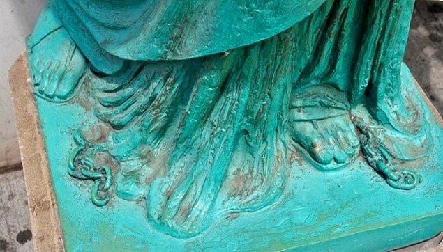 2. Özgürlük Heykeli'nin ayağındaki kırık zincir