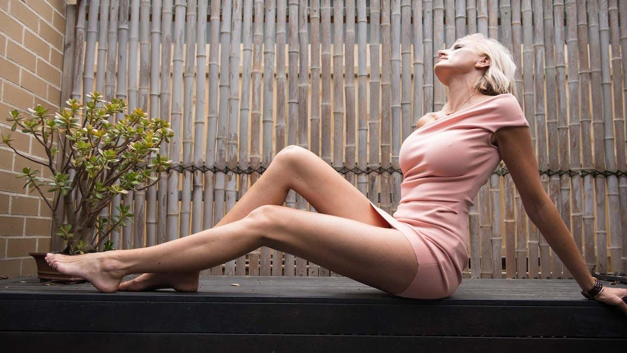 Meet The Woman With The Longest Legs In The World - Onedioco-9313