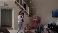 Этот плюшевый медведь до смерти напугал девушку 😱