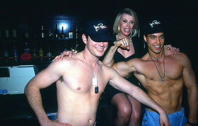 10. Joan Rivers üstsüz iki erkekle 'Gossip' partisinde poz verirken.
