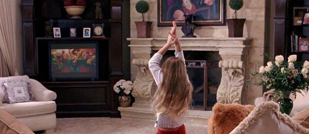 10. Regina kızları evine götürürken Kelis'ten 'Milkshake' çalıyor. Bu arka fonda çalan bir müzik değil çünkü Regina'nın kız kardeşi Kylie salonda şarkının klibine dans ediyor.