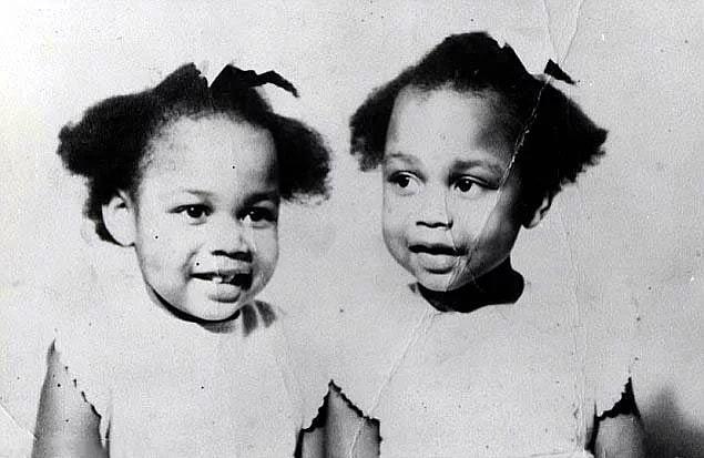 """Рожденные в 1963 году, Джун и Дженнифер Гиббонс стали известны как """"Безмолвные близнецы"""", потому что они общались только друг с другом."""