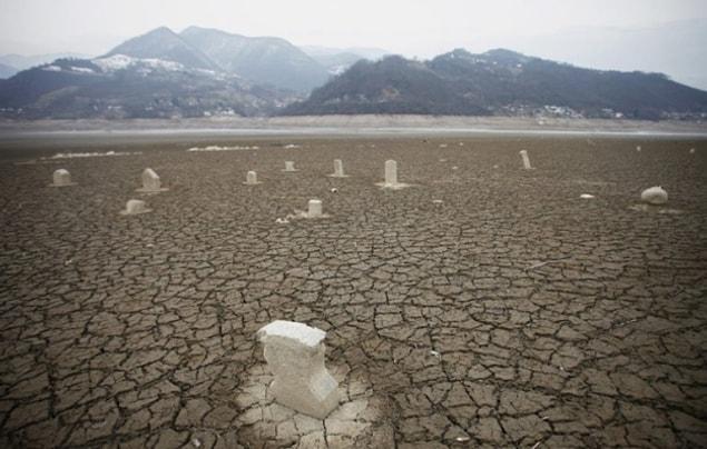 Дух, скорее всего, придёт за ВАМИ, если вы посетите озеро Ябланица в Боснии. После того как озеро высохло, на дне случайно обнаружили кладбище.