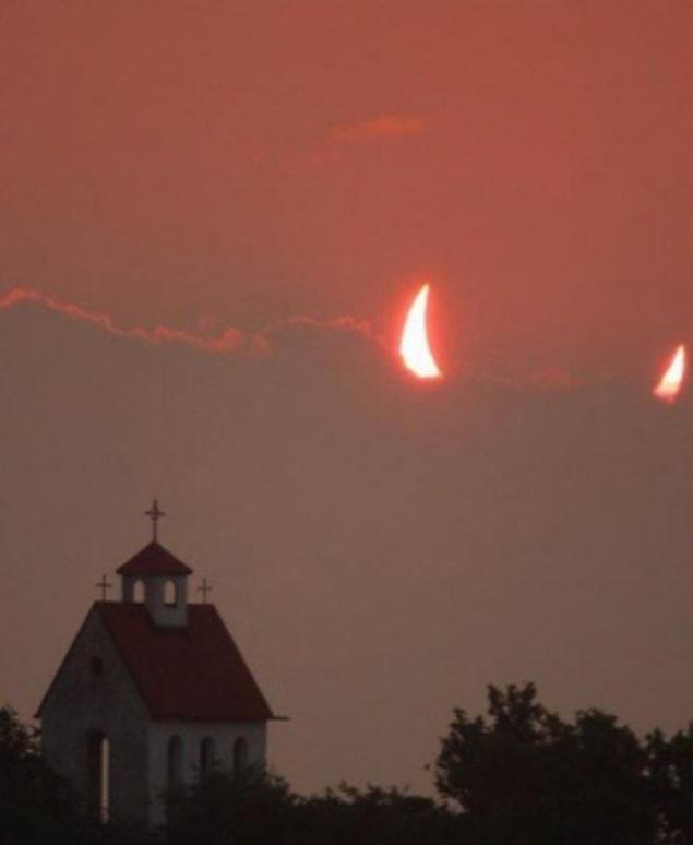 И какого чёрта Сатана делает в небе над этой невинной церквушкой?
