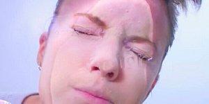 Окуните лицо в холодную воду: Странный лайфхак от любителей матового макияжа
