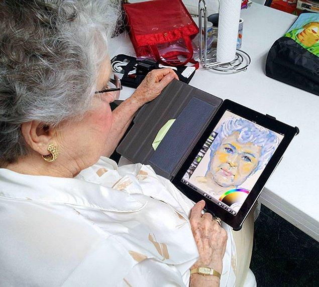 1. 84 yaşındaki bu ninemize ilk defa bir iPad verdiler ve boyama uygulamasıyla bu harikayi yarattı.