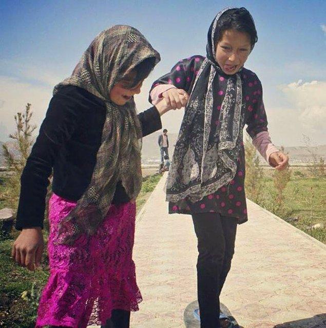 32. Irak'ta iki kız ilk kez kaykay deniyor.
