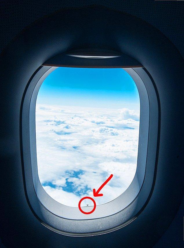 3. Uçakların camlarının alt kısımlarında bulunan küçük delikler: