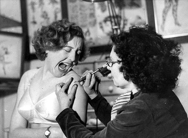 Jessie Knight dövme yaparken, kadının çektiği acıyı yüzünden görebiliyoruz. Veya İkinci Dünya Savaşı sırasında bir kadının dövme yaptırması alışılmış olmadığından kamera önünde abartıyor da olabilir.