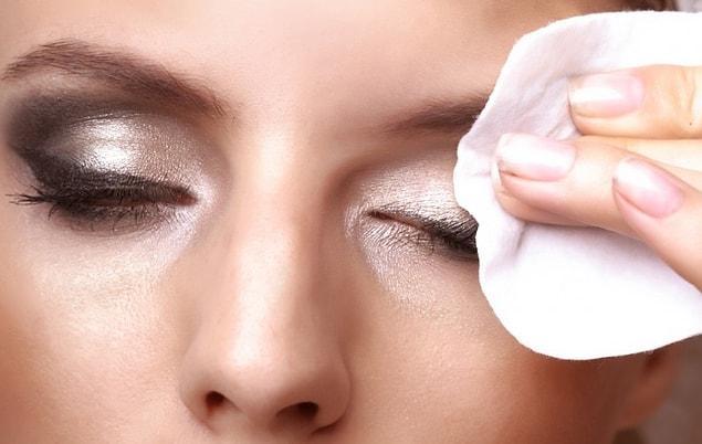 Обязательно очищайте кожу и не забывайте об увлажняющем креме перед сном.