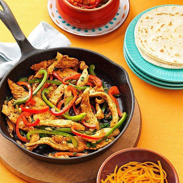 1. Fajita yemeğinin yanına avokado, salsa ve yoğurt sos iyi gider.