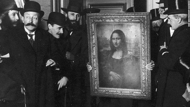 8. Mona Lisa Louvre'a döndüğünde, onu bekleyen binlerce insan vardı. Artık çoğu insan Louvre'a yalnızca bu tablo için gelecekti.