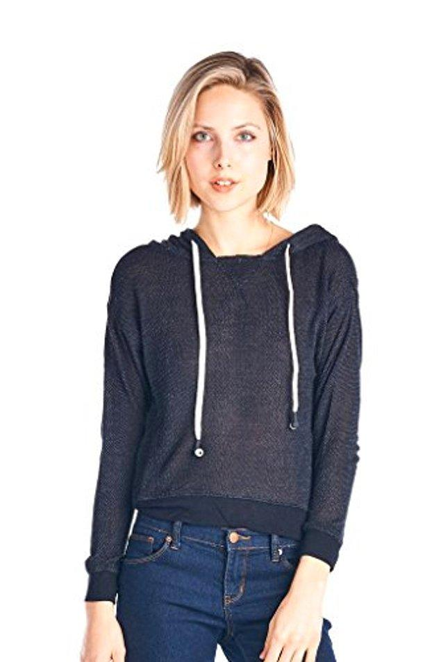 8. Kapüşon ipleri birer kulaklık olan sweatshirt.