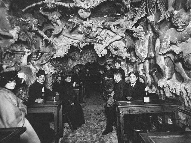 10. 1920'li yıllarda Paris'te bulunan bir gece kulübü.