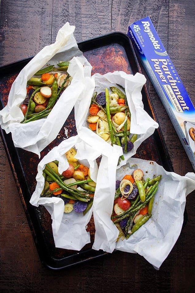 3. Fırın kağıdı bohçasında ilkbahar sebzeleri ve patates.