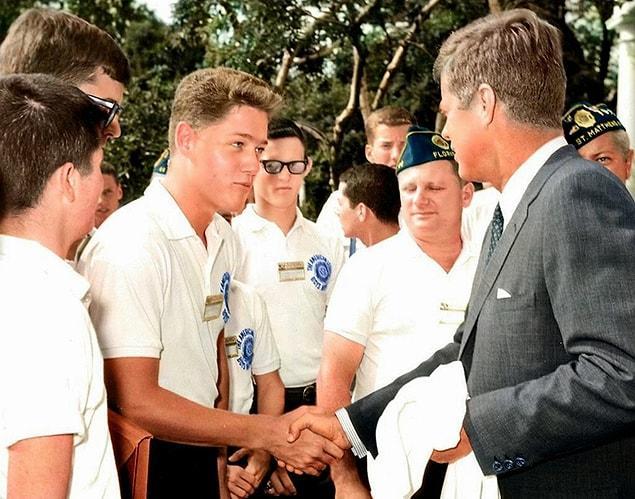 Молодой Билл Клинтон пожимает руку президенту Джону Ф. Кеннеди в розовом саду Белого дома 24 июля 1963 года.