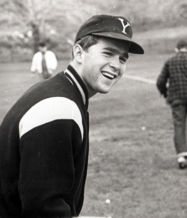 Джордж Уокер Буш в бейсбольной одежде в Йельском университете, 1964-68 год.