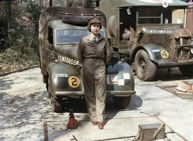 Восемнадцатилетняя принцесса Англии Елизавета II во время своего пребывания на вспомогательной территориальной службе во время Второй мировой войны, где ремонтировала тяжелые транспортные средства, 1945 год.