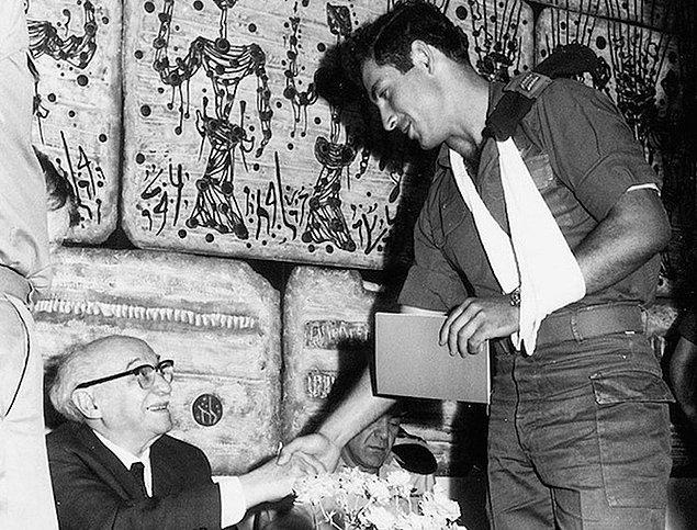 Премьер-министр Израиля Биньямин Нетаньяху во время его пребывания в израильских силах обороны пожимает руку президенту Залману Шазару, 1972 год.