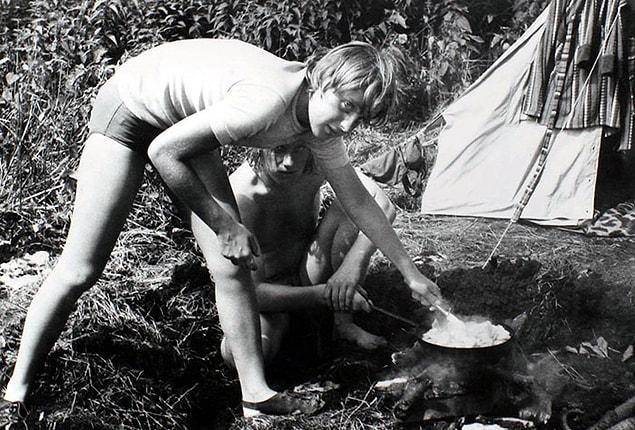 Ангела Меркель готовит еду на костре во время отдыха  с друзьями в Химмельпфорте, Германская Демократическая Республика, июль 1973 года.